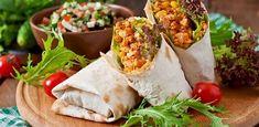 Lekkere eigengemaakte burrito′s blikje gepelde tomaten (ongeveer 250 gram) - 125 gram mais - rode paprika - 2 middelgrote uien - 300/350 gram gehakt - eetlepel tomatenpuree - zout en peper - mespunt cayennepeper - theelepel (gemalen) komijn - mespunt suiker - 8 tortillawraps - 8 eetlepels creme fraiche - geraspte kaas