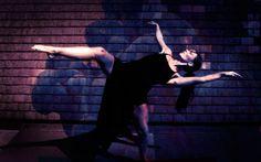 Alla Tate Britain una straordinaria esibizione di danza Pablo Bronstein porta alla Tate Britain la sua coreografia. L'artista inglese è stato ingaggiato dal museo per un esibizione live con numerosi ballerini all'interno delle Duveen Galleries. I ballerin #danza #tate #londra