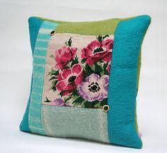 kussen gemaakt van wollen deken, vilt en 'oud' borduurwerk