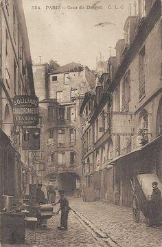 cour du Dragon - Paris 6ème - La vie de tous les jours cour du Dragon, vers 1900 (vieille carte postale)