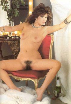 Pamela Prati negli anni '80 era a dir poco spudirata: guardatela come si mostrava completamente nuda a gambe aperte per mostrare la sua patatina pelosissima!