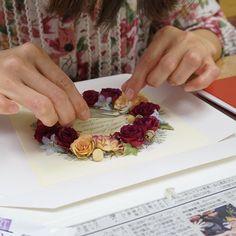 リースをレカンフラワーで作ってますナチュラルカラーのリースはとっても可愛い #グリーンルーム由花  #花のスペシャリスト兵藤由花 #名東区花屋 #レカンフラワー #リース #花冠 #花 #薔薇 #プリザーブドフラワー