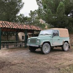 The always lovely #Heritage #defender90 By @tierrasafari #landrover #landroverdefender #landroverphotoalbum