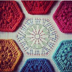 Bom dia! Com gráfico de um Square para mantas, almofadas... #pugliesecrochê #pugliese #crochet #crochetaddict #crocheting #crochetlove #crochetersofinstagram #croche #crocheted #crochetblanket #crochetlover #crocheter #crochetlife #squares #square #squarehexagon #hexagono #hexagonocroche