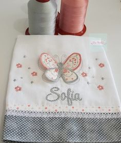 Fralda de boca personalizada , borboletinha 3D com strass e nome da bebê Tecido fralda de ótima qualidade , dupla super luxo Dohler Tamanho 34x34 cm Homemade Baby Blankets, Free Mosaic Patterns, Owl Sewing, Baby Sheets, Patchwork Baby, Embroidered Towels, Baby Monogram, Handmade Market, Baby Pillows