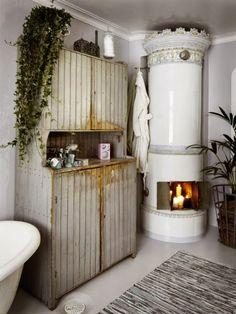 EN MI ESPACIO VITAL: Muebles Recuperados y Decoración Vintage: Tour por un baño con chimenea { A fireplace in the bathroom }
