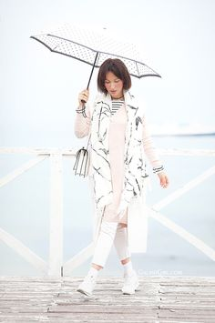 total-white-outfit_rainy+weather+outfit