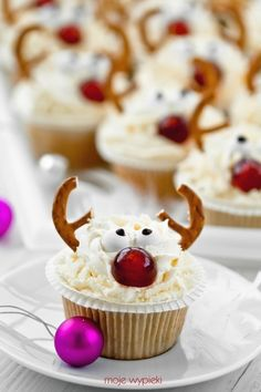 Reindeer Cupcakes with Pretzel Antlers | #christmas #xmas #holiday #food #desserts