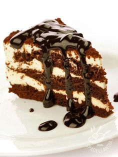 A Delicious Chocolate layer cake recipe, with smooth buttercream icing served with a chocolate drizzle. Deep Chocolate Layer Cake Recipe from Grandmothers Kitchen. Tortas Low Carb, Bolos Low Carb, Köstliche Desserts, Chocolate Desserts, Delicious Desserts, Chocolate Cake, Chocolate Delight, Yummy Treats, Sweet Treats
