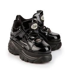 Lässiger, halbhoher Sneaker aus schwarzem Lackleder mit ca. 6 cm Plateausohle, Schnürung und einer gepolsterten Innensohle.