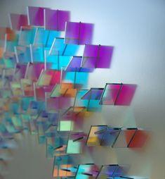 L'artiste Chris Wood travaille le verre coloré pour créer des labyrinthes et des mandalas de lumière posés à la verticale sur les murs.