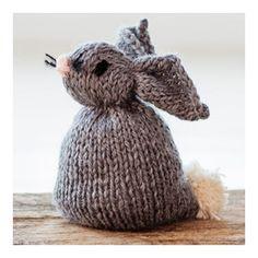 Stikket påskehare Denne søte, strikkede kaninen lager du enkelt selv. Følg oppskrift under og straks har du en morsom liten påskehare! ) Burlap, Reusable Tote Bags, Teddy Bear, Easter, Knitting, Diy, Animals, Animales, Hessian Fabric