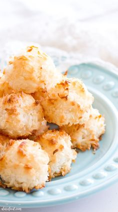 ***Easy Homemade Coconut Macaroons ~ are so simple to make and taste delicious! This Coconut Macaroon recipe has only 7 ingredients, making it the easiest gluten-free dessert! Plus, a step-by-step video below! Gluten Free Coconut Macaroons, Coconut Desserts, Pudding Desserts, Coconut Recipes, Just Desserts, Delicious Desserts, Dessert Recipes, Yummy Food, Lemon Coconut