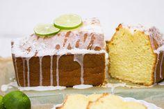 Rezept für einen sommerlichen und saftigen Kokos-Limetten-Kuchen. Ein leckerer Rührkuchen - perfekt für ein sommerliches Picknick oder zum Mitnehmen an den Badesee.