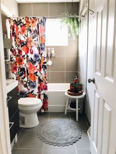 Interior Botanical bathroom with floral Anthropologie shower curtain A Practical Approach To Healthy Bad Inspiration, Bathroom Inspiration, Home Decor Inspiration, Decor Ideas, Decorating Ideas, Botanical Bathroom, Cozy House, Small Bathroom, Home Decor Accessories