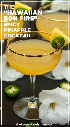 Look at this gorgeous cocktail! This spicy, smoky pineapple cocktail with mezcal is so easy, delicately tropical, a little sparkly and such an impressive pool-party signature! Who knew jalapeños could be so refreshing! Mezcal Cocktails, Sweet Cocktails, Refreshing Cocktails, Summer Cocktails, Fun Drinks, Yummy Drinks, Cocktail Recipes, Drink Recipes, Alcoholic Beverages