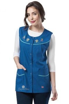 Poncho Canesú Bordado - 21 de Septiembre Teacher Apron, Cute Scrubs, Scrubs Outfit, Nurse Costume, Girl Dress Patterns, African Attire, Slip, Traditional Dresses, Capsule Wardrobe