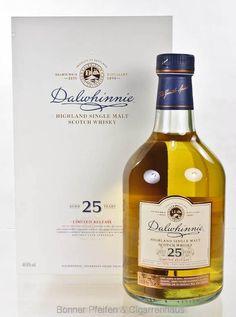 Dalwhinnie Whisky 25 y.o. Region : Highlands nur eine Flasche 47,8 % alc./vol. 0,7l Farbstoff und kühlgefiltert keine Angaben Fassart : Ex Bourbon Fässer aus amerikanischer Weißeiche Nase : Zitrusnoten, Äpfel und Vanille, Malz und Honig Geschmack : Leicht süß, mittelwürzig, wieder Malz und Holznoten Finish : Trocken, Minze und ein wenig Holz Distilled : 1989 Bottled : 2015 Bottle Nr.: 567 15. Special Releases 2015 Limitiert auf 5916 Flaschen Abgefüllt in natürlicher Fassstärke