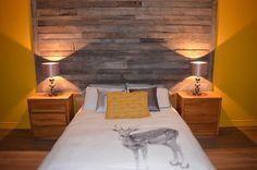 Mur imitation planche de grange Garage Loft, Wood Bedroom, Barn Wood, Condo, Furniture, Decoration, Palette, Home Decor, Decor Ideas