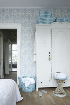 Love this room - so fresh and uncluttered.  A damask wallpaper with woven gingham check accents....Overbeck and Friends via Mand