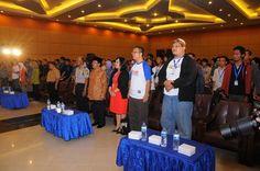 Bersama-sama menyanyikan lagu kebangsaan Indonesia Raya