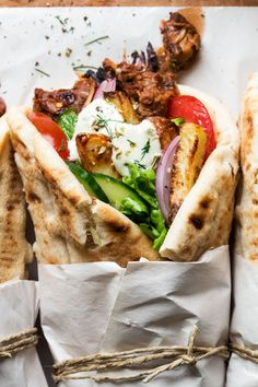 Vegan gyros with pork-style baked jackfruit makes for a delicious lunch or a beach snack. Its flavours and textures will remind you of your Greek holidays.