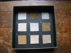 蓋の裏側には、その糸で織られた布のサンプルが貼ってあります。 1:極上苧麻 2:大麻の細糸 3:モン族の大麻糸 4:ピーニャの糸 5:芭蕉の糸 6:蓮の糸 7:葛の糸 8:しなの糸 9:楮の糸