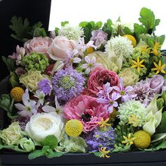 Box Flower Arrangement – K's flower novo Green Flowers, Beautiful Flowers, Green Garland, Mothers Day Flowers, Flower Aesthetic, Flower Boxes, Bouquet, Floral Arrangements, Flower Arrangement