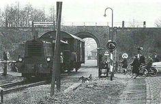 Enschede, De  trein  bij het  Bouwhuistunneltje op het fabrieksspoor naar Rigtersbleek