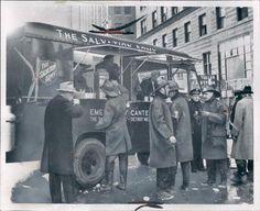 Feuerwehrmänner im Einsatz stärken sich bei der Essensausgabe der Heilsarmee. (Februar 1959 in Detroit)