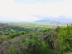 """Montefalco è definita """"Ringhiera dell'Umbria"""" grazie alla sua posizione che domina sulle valli del Clitunno, del Topino e del Tevere.  Il panorama che si presenta lascia scorgere Foligno, Assisi, Spello, Trevi, Spoleto, Bevagna e in alcuni punti anche Perugia. All'orizzonte sono visibili i rilievi dell'Appennino, del Subasio e dei Monti Martani."""
