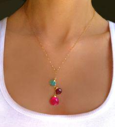 He encontrado este interesante anuncio de Etsy en https://www.etsy.com/es/listing/184216797/multi-gemstone-necklace-teardrop-beaded