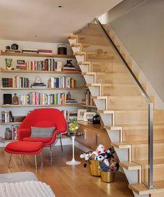 meubles sous escalier pour amenager un coin de lecture avec étagères et fauteuil