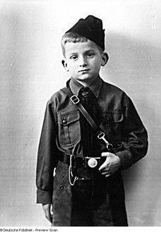 """Günther Hanisch (Sohn des Fotografen) in Uniform der """"Küken"""", der Nationalsozialistischen Kinderschar"""