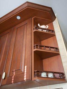 Классические балясины на угловом гарнитуре из массива Kitchen Room Design, Bathroom Medicine Cabinet, Home, Design Of Kitchen, Ad Home, Homes, Haus, Houses
