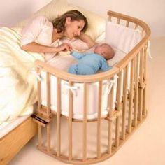 """Yeni Doğan için """"Bebek Odası"""" gereksizdir.  Onun yalnızlığa değil, anne ile birlikte olmaya ihtiyacı vardır. Bebeğin annesi ile birlikte uyuması """"güven"""" duygusunu geliştirir.  Resimde """"Güvenli Bağlanma""""ya katkı sağlayacak tarzda dizayn edilmiş çocuk yatağı.  Bebeği ile """"Bağlanma"""" döneminde olan annelere tavsiye ederim."""