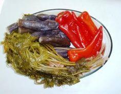 cookthebook: ΜΕΛΙΤΖΑΝΕΣ ΤΟΥΡΣΙ ΜΕ ΠΙΠΕΡΙΕΣ ΦΛΩΡΙΝΗΣ!!! Greek Recipes, Pickles, Cabbage, Spaghetti, Food And Drink, Vegetables, Ethnic Recipes, Roman, Kitchen
