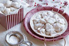 Předkové nám odkázali celou fůru lidových tradic. S Vánocemi je jich svázaná pěkná řádka. Přestože mnohé zanedbáváme, protože pro nás z mnoha důvodů ztratily význam, přípravu slavnostních pokrmů a sladkostí rozhodně nepomíjíme. Připomenu třeba jen hubník, černého kubu, pučálku nebo kapra namodro, a ze sladkostí perníčky, zázvorky, černé duše či nepřekonatelnou vánočku. Ať už k vašim zamilovaným receptům patří cokoli, chraňte je jako oko v hlavě a předejte je dál. Svým přátelům a především…