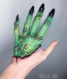 """Bride of Frankenstein makeup by That looks cool as hell! Scary Makeup, Sfx Makeup, Cosplay Makeup, Costume Makeup, Bride Of Frankenstein Costume, Horror Make-up, Hand Makeup, Fantasias Halloween, Makeup Ideas"