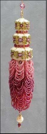 Chandelier Christmas Ornament Pattern Beaded ornament to make. Love the pink Beaded Christmas Ornaments, Christmas Crafts, Christmas Decorations, Xmas, Beaded Ornament Covers, Beaded Chandelier, Passementerie, Bead Art, Bead Weaving