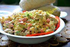 Sałatek z kurczakiem i makaronem są dziesiątki, owszem, ale (!) ta jest wyjątkowa. Źródłem rozkosznego smaku jest tu sos, po prostu skosztuj...