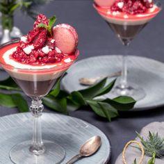 Choklad- och vaniljpannacotta med krossade hallon - Recept - Tasteline.com Desserts In A Glass, 20 Min, Crunches, Macarons, Panna Cotta, Ethnic Recipes, Food, Future, Gourmet