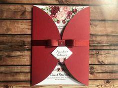 Lindo convite com flores na cor Marsala (bordo, vermelho escuro) Fica muito romântico, charmoso e delicado, Com certeza seus convidados irão se encantar. CARACTERÍSTICAS * Tamanho: 14,5 x 20,5 cm (LxA) * Arte, o que podemos mudar: - Tipo de fonte (na foto anexo ao anúncio existem 7 mode... Invitation Card Design, Wedding Invitation Cards, Wedding Cards, Burgundy Wedding Flowers, Wedding Cake Pearls, Burgundy Wedding Invitations, Save The Date Cards, Wedding Trends, Wedding Decorations