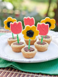Edible flowers for your table! Flower Pot Cookies from Sweet Tooth. Just prepare the Peanut Butter Cup Cookies recipe and get ready to ice some flower-shaped sugar cookies! Cupcakes, Cupcake Cookies, Sugar Cookies, Cookie Favors, Cookie Cups, Favours, Cookie Recipes, Dessert Recipes, Dessert Ideas