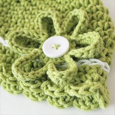 A free pattern for an easy to make flower that fits perfectly to a button! | REPINNED