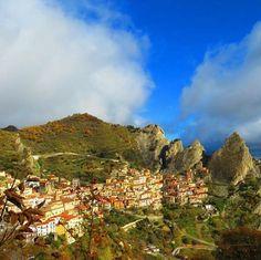 #Castelmezzano im Herbst! Das Bergdorf ist durch eine Schlucht von Pietrapertosa getrennt und erhebt sich entlang der Dolomiti Lucane. Highlights sind der phantastische Ausblick und die langobardische Burg, die Anfang des 9. Jh. errichtet wurde.   Photo by https://www.instagram.com/p/BLezXj5FypQ/   #FoliageinItaly #ILikeItaly #EntdeckeItalien #Italien #WillkommenInItalien
