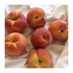 kena — rosebabe: yay i got peaches! Youre A Peach, Peach Aesthetic, Aesthetic Food, Just Peachy, Looks Yummy, Different Recipes, Fruits And Veggies, I Love Food, Food Porn