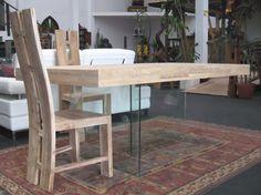Mesa de roble listonado combinada con patas de cristal, para aligerar espacios pequeños. Mesa construida en nuestros talleres.