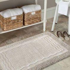 Dzięki beżowym dywanikom łazienkowym, w prosty sposób wniesiesz odrobinę koloru i komfortu do łazienki. Zestaw wykonany z bawełny, zaprojektowany subtelny wzór, składa się z dwóch grubości bawełnianej przędzy. Struktura dywanów potrafi wchłonąć wodę i utrzymać suchą podłogę w łazience! #dywan #dywany #kompletłazienkowy #komplet #bathroom #łazienka #bathroomset #beż #beżowy #vizion #dywanydołazienki #dywanikiłazienkowe #dywandołazienki #dołazienki #łazienka #dywanik #wnętrze #boho… Bath Mat, Rugs, Home Decor, Products, Farmhouse Rugs, Decoration Home, Room Decor, Home Interior Design, Bathrooms