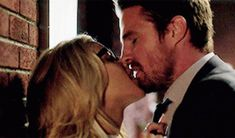 Dc Comics Games, Romantic Kiss Gif, Oliver Queen Felicity Smoak, Arrow Black Canary, Emily Bett Rickards, Supergirl And Flash, Young Love, Stephen Amell, Gifs